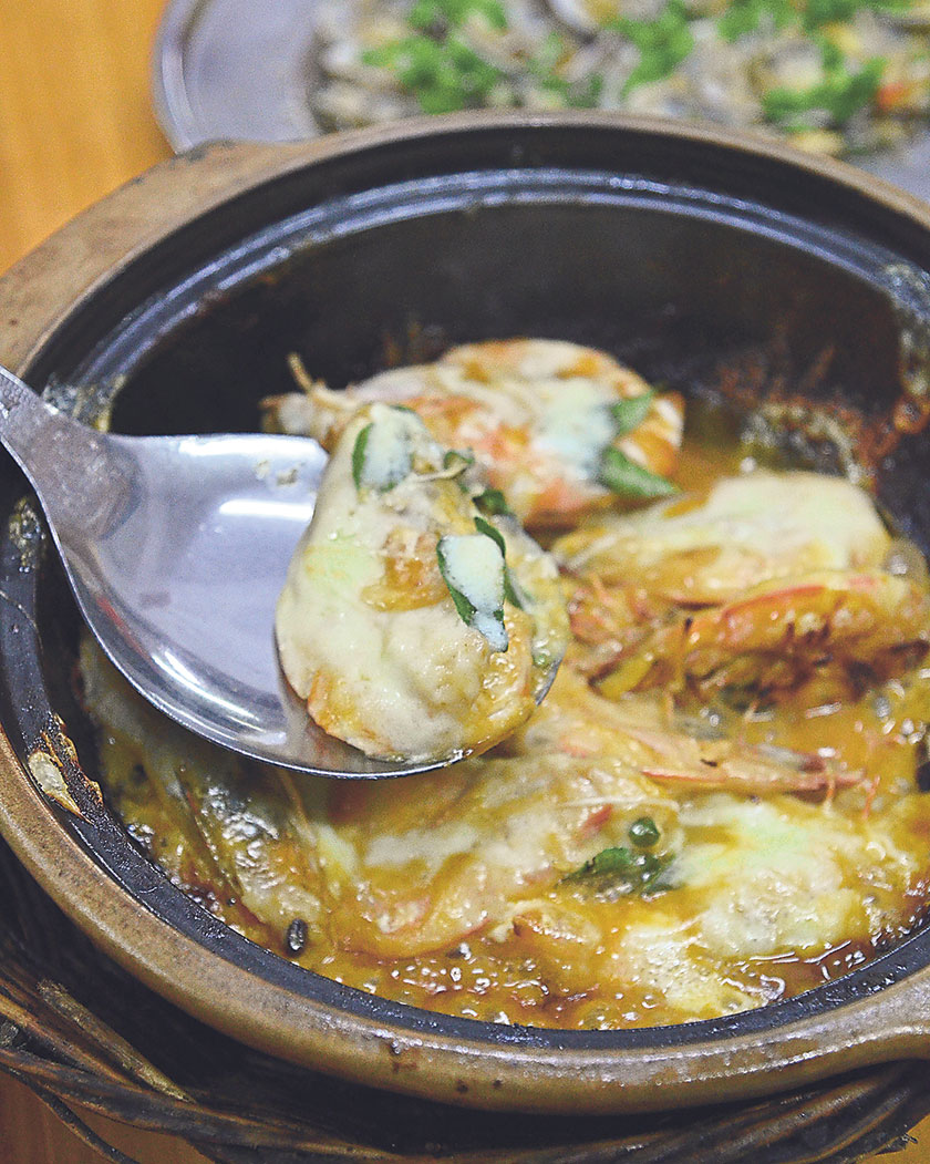 Relish the claypot cheese prawns that marries super fresh crustaceans with a tangy sauce and melted cheese