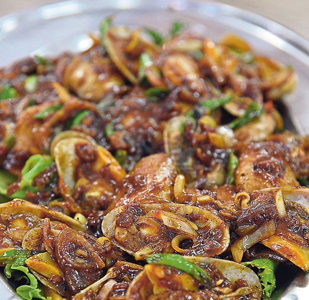 Although fresh shellfish should be steamed to bring out the full flavour, stir-frying the lala clams in a spicy and fragrant kam heong sauce works wonders too.
