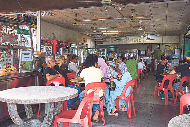 While Restoran Ming Huat in Ujong Pasir is Chinese-owned, it has a steady stream of Malay customers as it serves halal food