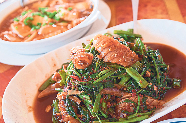 You can also order side dishes such as stir-fried vegetables with cuttlefish and tofu