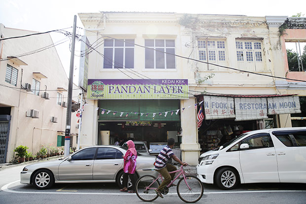 Located near the train station, everyone in Klang knows the place for pandan layer cake is at Regent.