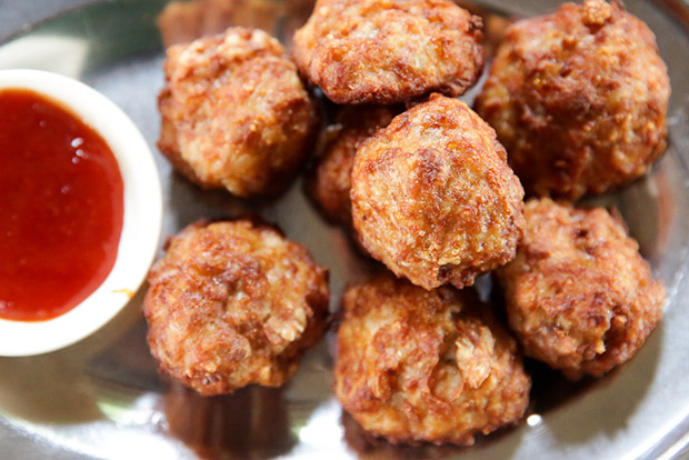 It's hard to stop eating these juicy fried pork meatballs with yambean and carrot.