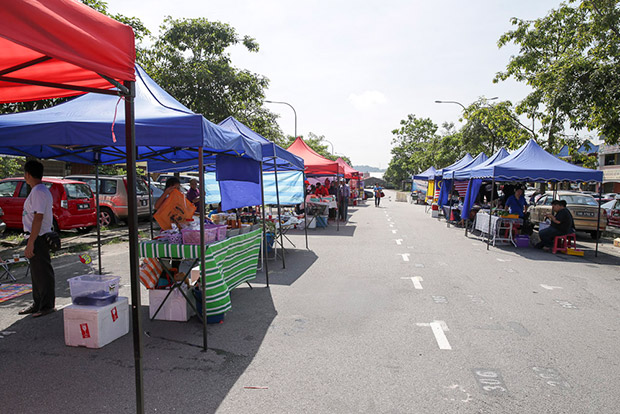 The hawkers open stall at this stretch of road at the back of Seri Kembangan's commercial area. — Pictures by Choo Choy May