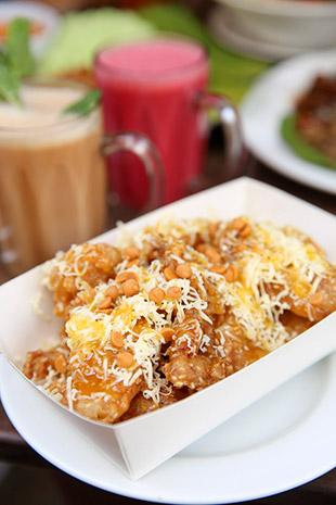 Nana Frits is Mari Canai's version of pisang goreng cheese; this version has mango sauce and caramel chocolate chips.