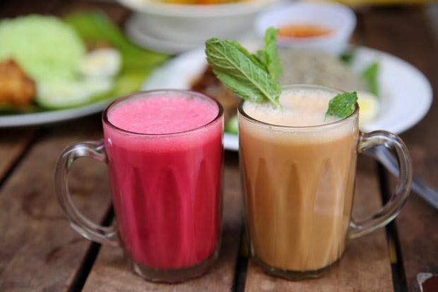 Drinks include unusual ones with a rose theme, like the Teh Tarik Cinta and Teh Tarik Damas.