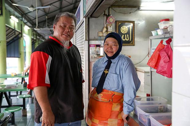 Jamal Tan bin Abdullah with his wife Ooi Hai Choo at their Hokkien mee stall.