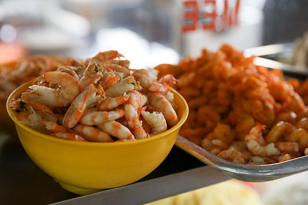 Select from a choice of three sizes of sea caught prawns for your bowl of prawn mee.