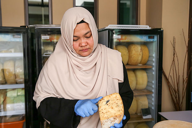 It's important that the bacteria does not spread to others hence Annisa will wear gloves and disinfect with vinegar.