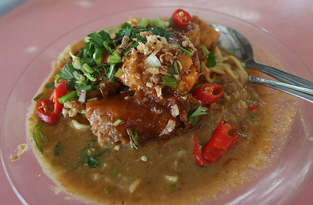 Mee rebus, the constant companion to mee goreng is made from a prawn based broth and lots of ground nuts and potatoes
