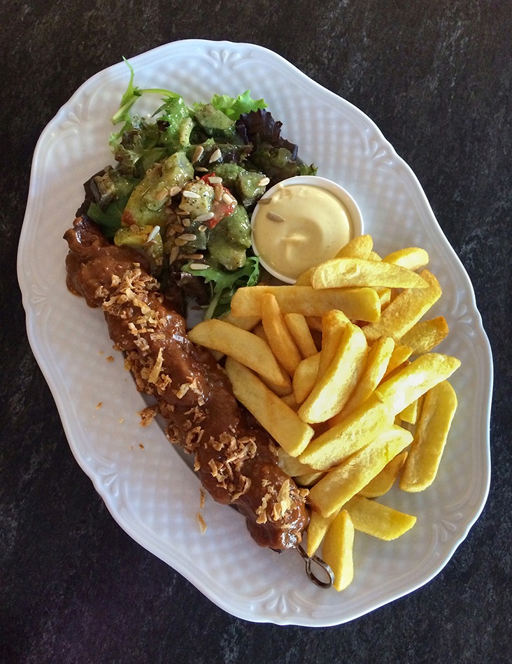 Een sateetje — satay smothered with spicy peanut sauce, fries and salad