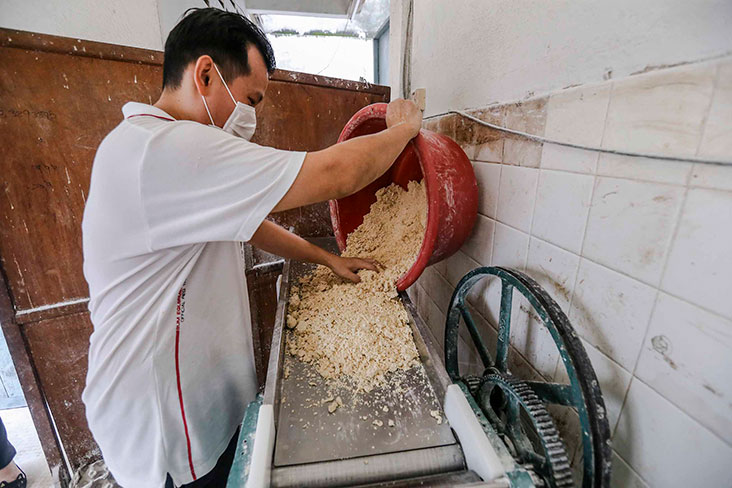 Once it is ready, the dough made with eggs, flour and alkaline water is spread out on the machine.