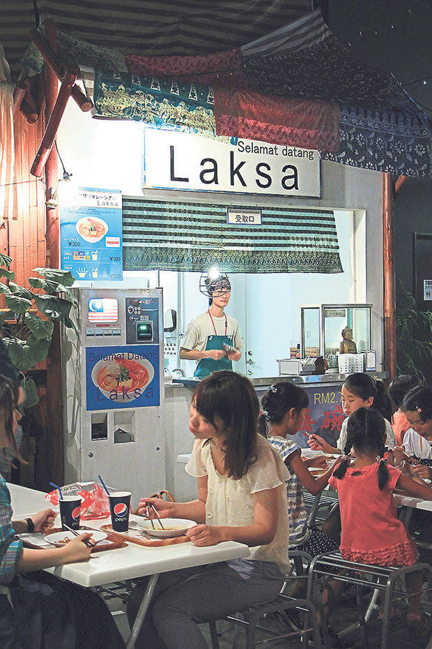 Try the laksa-flavoured instant noodles at World Noodles Road Bazaar