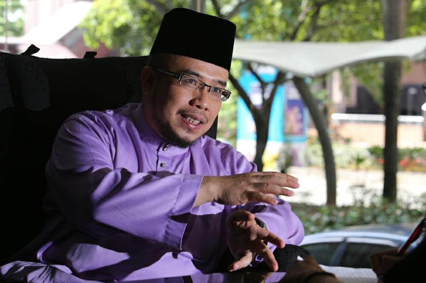 Perlis Mufti Datuk Dr Mohd Asri Zainul Abidin said a Muslim man cannot hurt his spouse and stressed that such rebukes cannot be done in public. — Picture by Choo Choy May