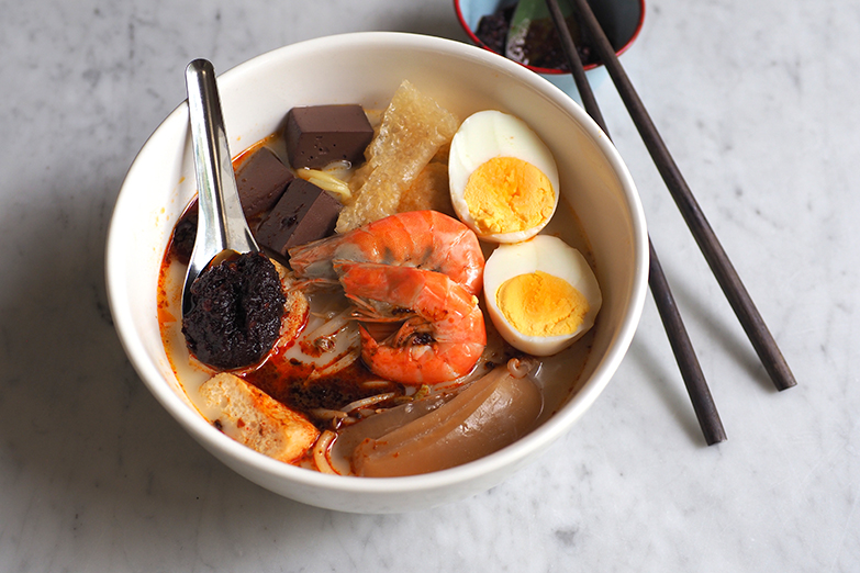 The white curry mee packs a spicy punch with their own-cooked 'sambal' when you mix it with their light coconut milk broth.