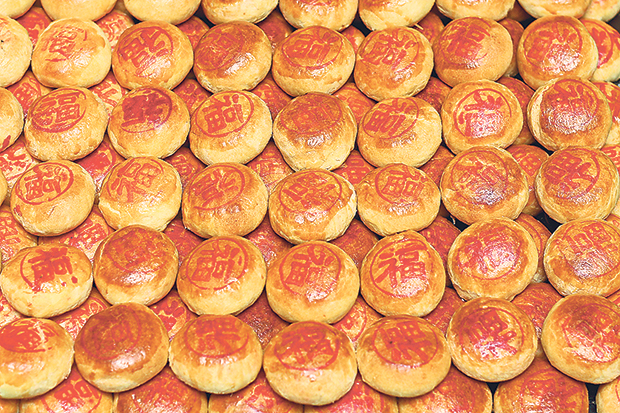 Rows of freshly baked tau sar pneah at Sin Hing Hing