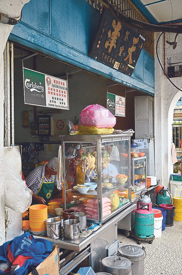 The stall named Tricycle Chicken & Prawn Kuey Teow at Thean Chun Restaurant is easily the most popular stall in Ipoh for kai see hor fun