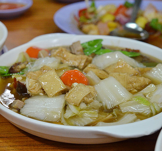 Looks aside, the hoong siew tau foo or braised beancurd with vegetables in gravy was a humble dish masterfully whipped up; redolent with flavours from the sweet and fresh vegetables