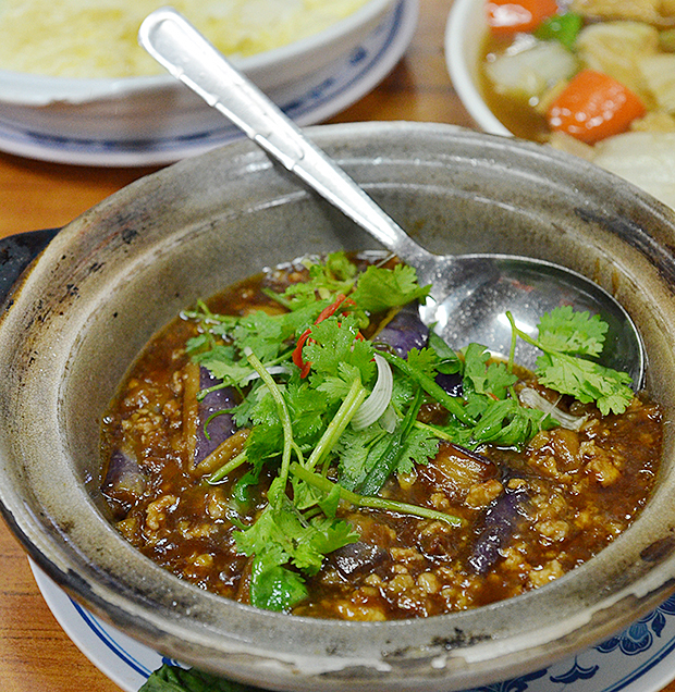 Claypot brinjal with minced pork; easily one of the most comforting dishes one could have on a rainy evening