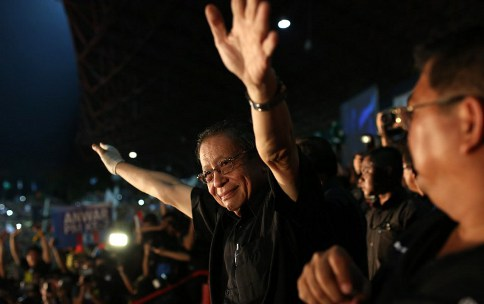 DAP leader Lim Kit Siang gestures during a rally at a stadium in Kelana Jaya, Selangor on May 8, 2013. Lim alleged that Umno cybertroopers are using the fictitious 'Red Bean Army' to get funding. – AFP pic
