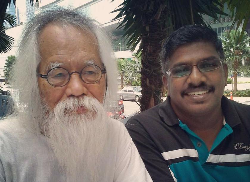 Muniswaran (kanan) bertemu Pak Samad untuk mencungkil rahsia. — Gambar-gambar oleh Uthaya Sankar