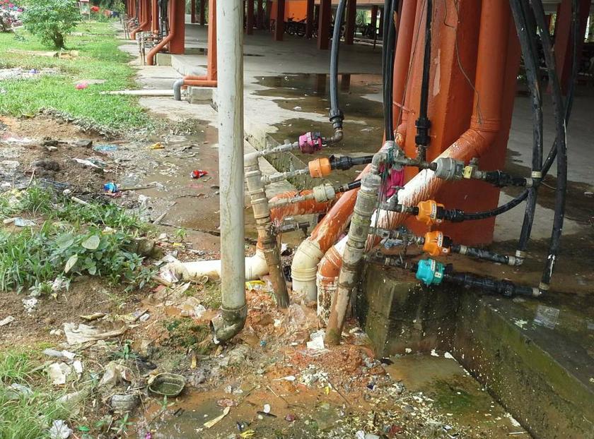 Paip air dan saluran najis turut pecah akibat keretakan bangunan.