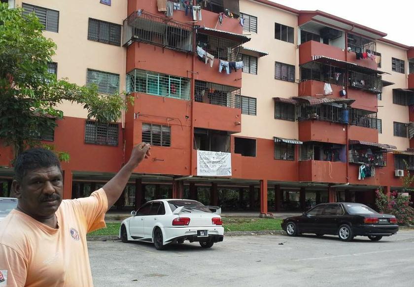 Saminathan menunjukkan Blok 5 yang disahkan tidak selamat dihuni. — Gambar-gambar oleh Uthaya Sankar