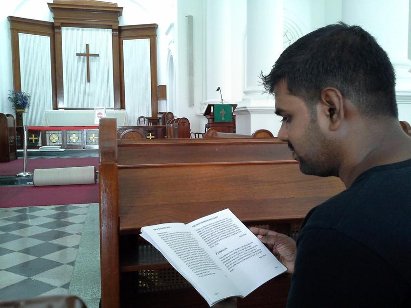 Kughan meneliti teks agama di Gereja St George.