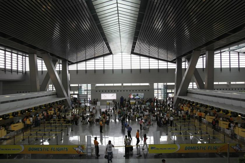 A collapse of a restaurant's ceiling at the Manila airport slightly injured a passenger, January 28, 2016. — File pic
