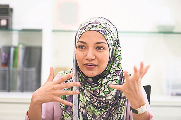 Fans of actress Neelofa have criticised her for selling headscarves to a customer in Israel. ― File pic