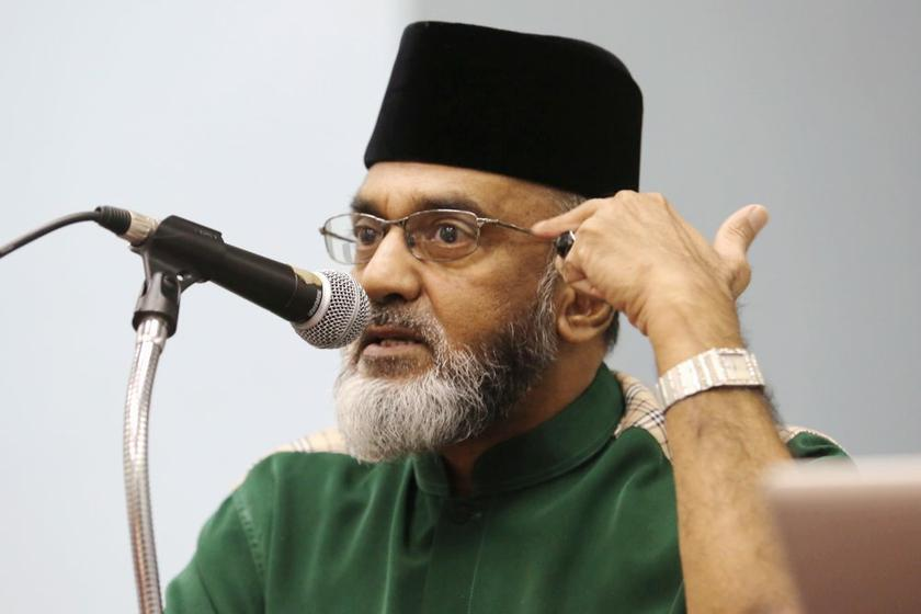 National Indian Action Team (NIAT) chairman Datuk Thasleem Mohamed Ibrahim speaks at a forum on freedom of religion in Petaling Jaya January 13, 2014. — Picture by Choo Choy May