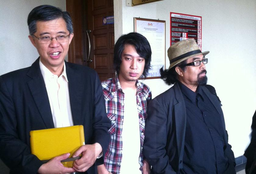 File picture shows Adam Adli (centre) with Chua Tian Chang (left) and Hishamuddin Rais outside the Kuala Lumpur High Court on January 29, 2014. —Picture by Boo Su-Lyn