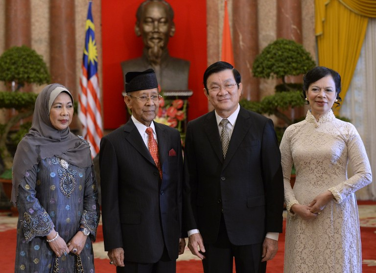 Malaysia's King Abdul Halim Mu'adzam Shah and his wife Tuanku Hajah Haminah pose with Vietnamese president Truong Tan Sang and his wife Tran Mai Hanh during a welcoming ceremony at the presidential palace in Hanoi on September 6, 2013. - AFP pic