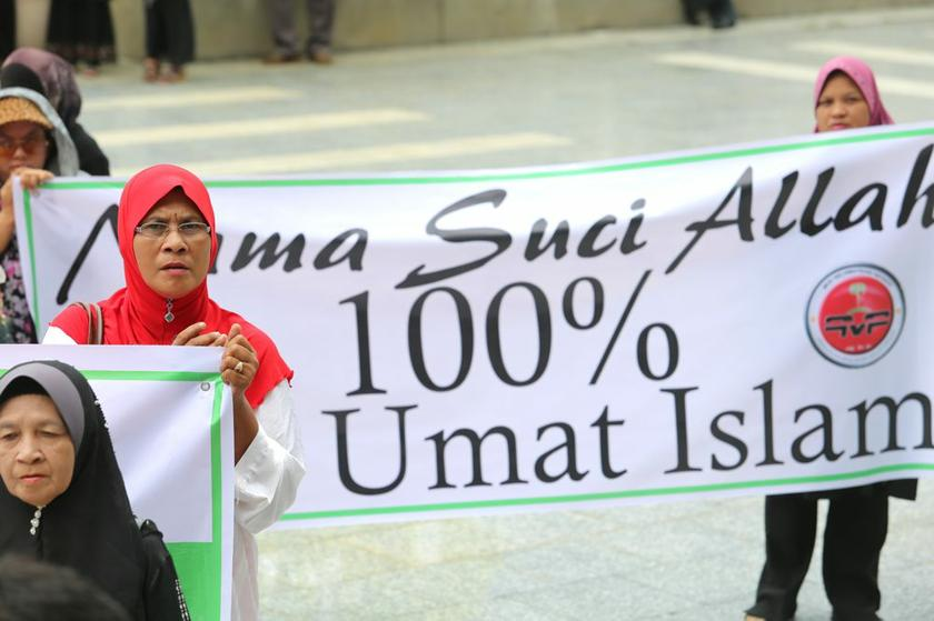 Members of Perkasa and other Muslim NGOs outside the Court of Appeal, September 10, 2013. — Picture by Choo Choy May