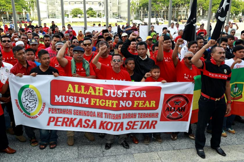 Members of Perkasa hold a rally outside the Court of Appeal in Putrajaya on October 14, 2013 before the court ruling on the 'Allah' appeal. — Picture by Saw Siow Feng