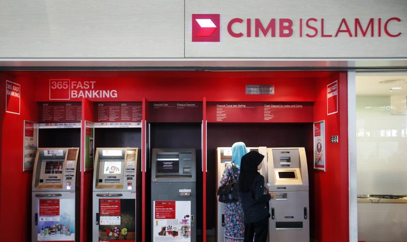 People withdraw cash from an automatic teller machine at a CIMB Islamic branch in Sepang August 26, 2013. – Reuters pic