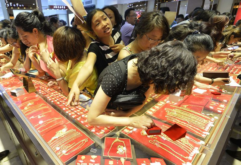 Customers flock to buy gold accessories at a gold store on sale in Taiyuan, Shanxi province July 6, 2013. — Reuters pic