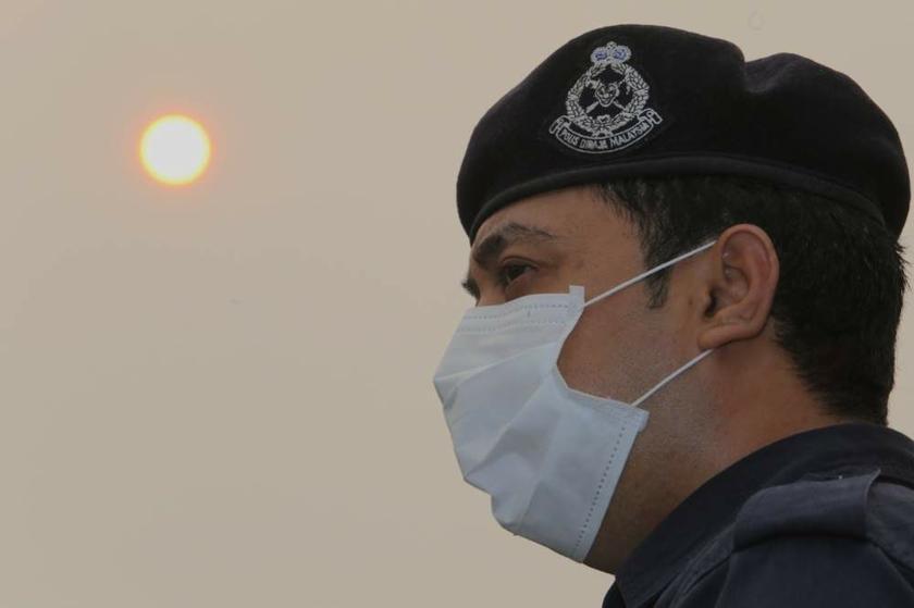 砂拉越人民受促尽量留在室内,以及在户外时佩戴口罩。-Choo Choy May摄-