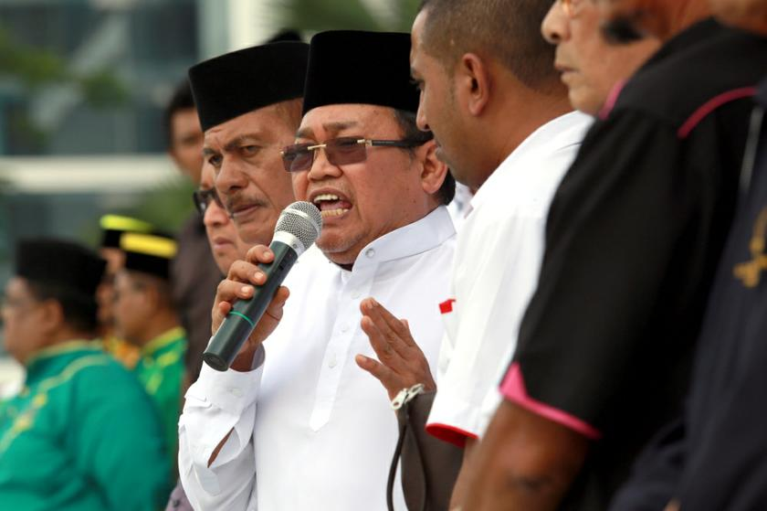 Ibrahim Ali speaks at a Perkasa rally outside the Court of Appeal in Putrajaya on October 14, 2013 before the court ruling on the 'Allah' appeal. — Picture by Saw Siow Feng