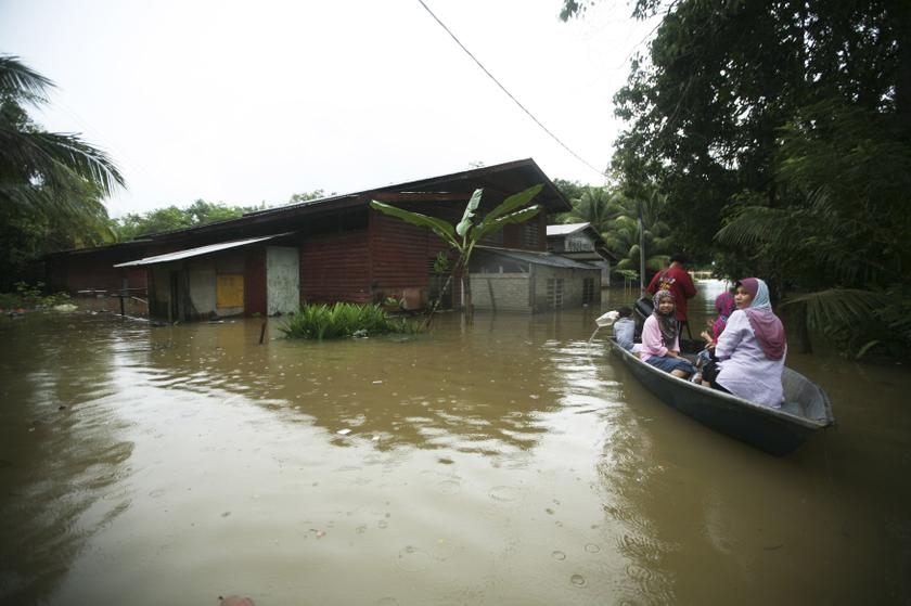 MCMC, in collaboration with the telecommunications industry, is implementing several simulation plans as preparation to face the flood season that currently affected a few states. — Reuters pic