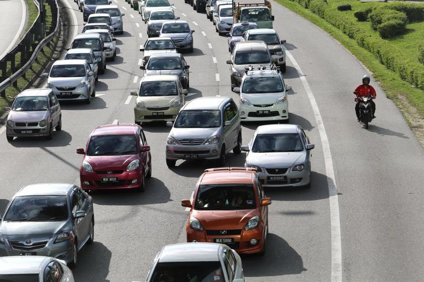 Commuters travel along the Federal Highway in Kuala Lumpur December 18, 2013. — Picture by Choo Choy May