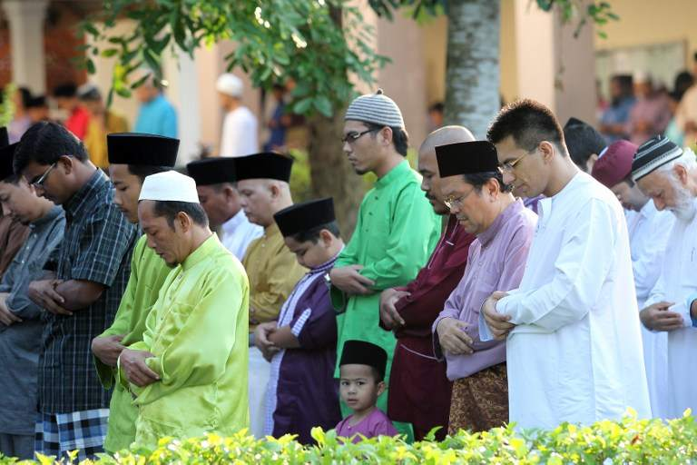Muslims offer prayers during Aidilfitri at a mosque in Kuala Lumpur on August 19, 2012. — AFP pic