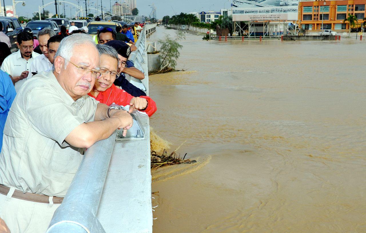 Prime Minister, Datuk Seri Najib Razak (left), inspects the flood situation in Kelantan at the Yahya Petra bridge in Kota Baru, Kelantan, December 27, 2014 — Bernama pic