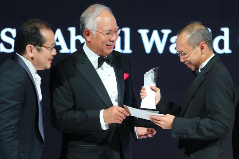 On Sunday, Minister in the Prime Minister's Department Datuk Seri Abdul Wahid Omar (right) was quoted by national news wire Bernama as saying that the average household income in the country has risen to over RM5,900 a month. ― Picture by Choo Choy May