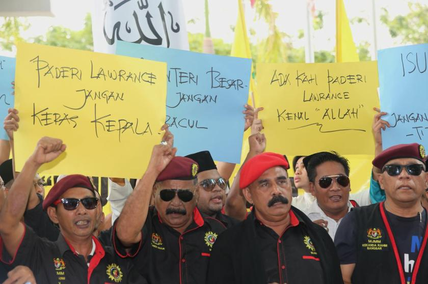 Perkasa and other Selangor NGOs show their support for Jais after Friday prayers in Shah Alam Selangor January 10, 2014. — Picture by Choo Choy May