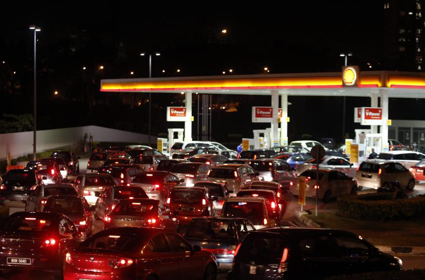 Motorists line up to purchase petrol before the price hike at midnight, at a gas station in Putrajaya, outside Kuala Lumpur in this September 2, 2013 file photo. — Reuters pic