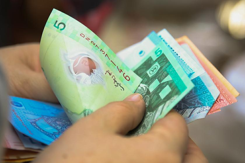 The survey said debt levels are especially acute for Malaysians in the bottom-40 per cent category, averaging at 14 times their annual income. — Picture by Saw Siow Feng