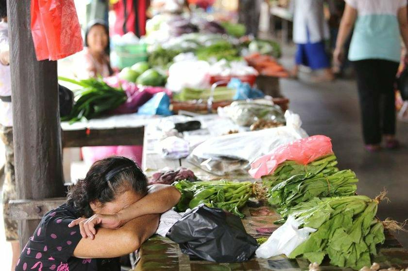 A vendor at the Donggongon Tamu (Pasar Donggongon) in Penampang, Sabah catches 40 winks during a lull in trading on August 30, 2013.  — Mufti Bungsu @Aziz Jaafar has called for Sabah Muslim Bumiputeras to be declared 'Malay'.Picture by Choo Choy May