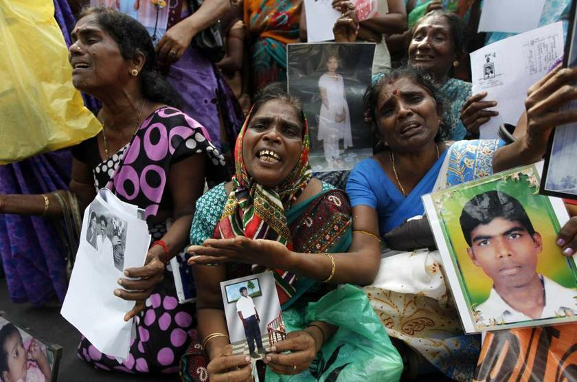 斯里兰卡发生内战时期,失踪者家属手持照片哭诉和抗议。 -路透社-